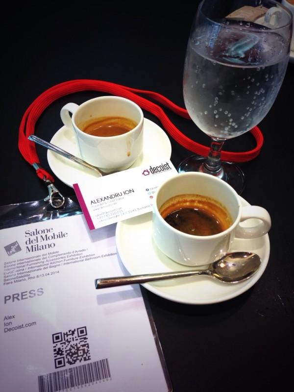 Кофе, стакан воды и визитка