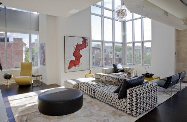 Черно-белый диван в интерьере гостиной зоны