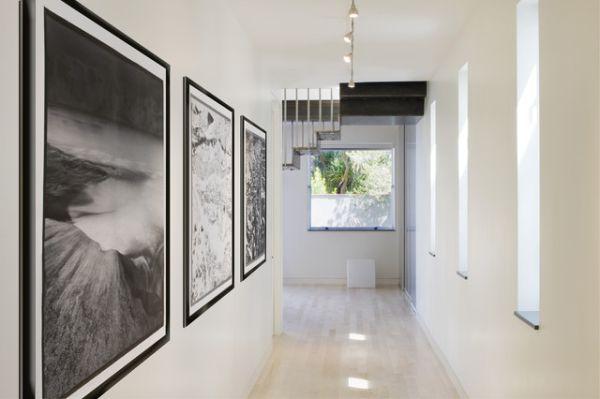 Черно-белые рамки для картин в интерьере коридора