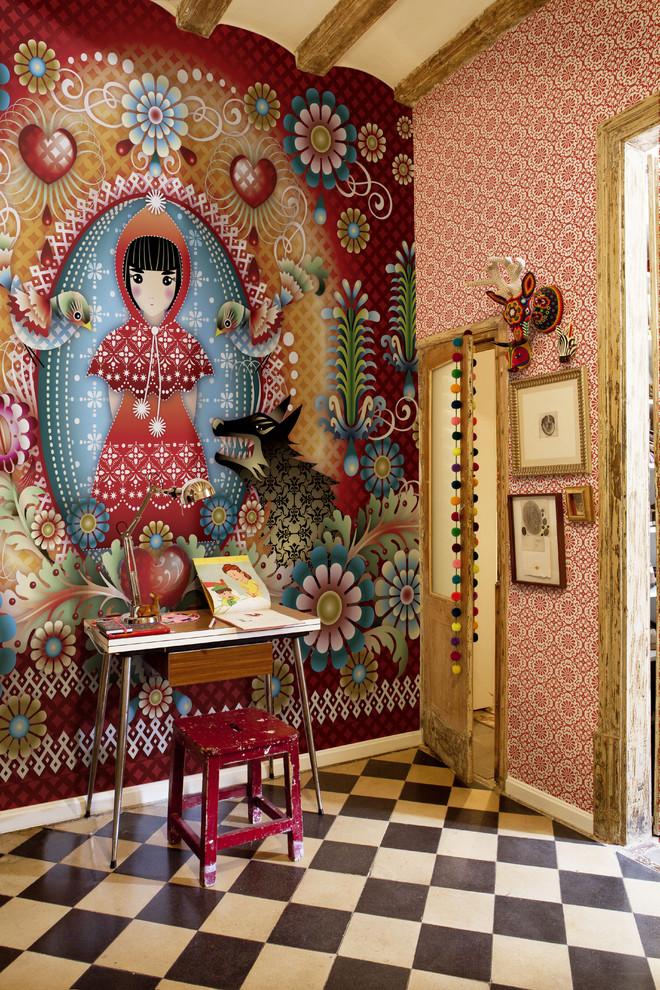 Эклектичная стена в кабинете от Catalina Estrada