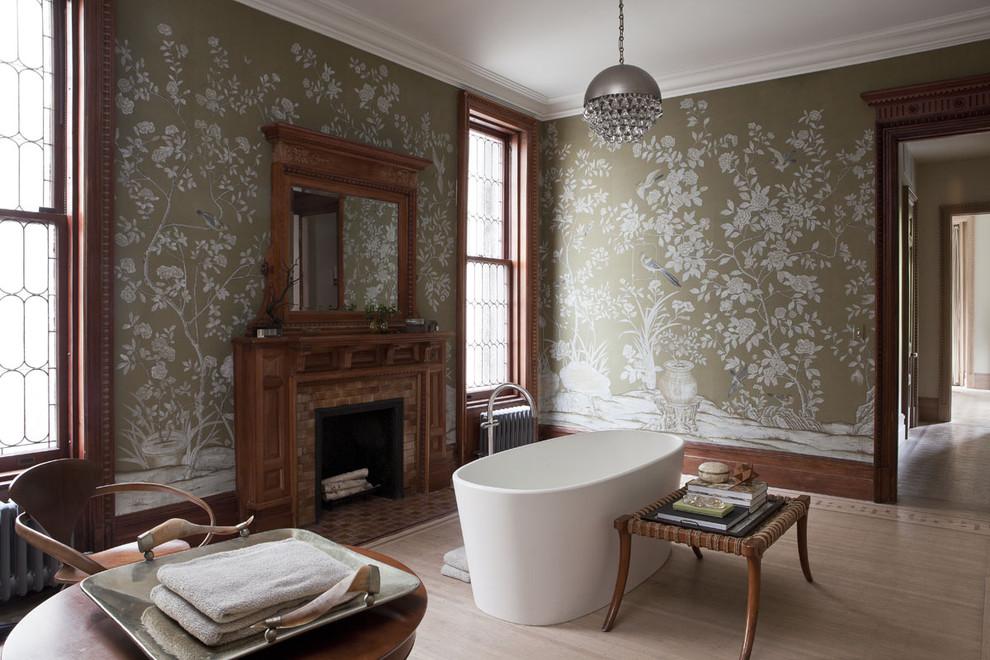 Обои с растительным узором в ванной от Neuhaus Design Architecture P.C.