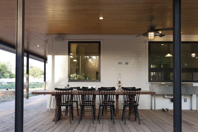 Масляные лампочки на столе во внутреннем дворике