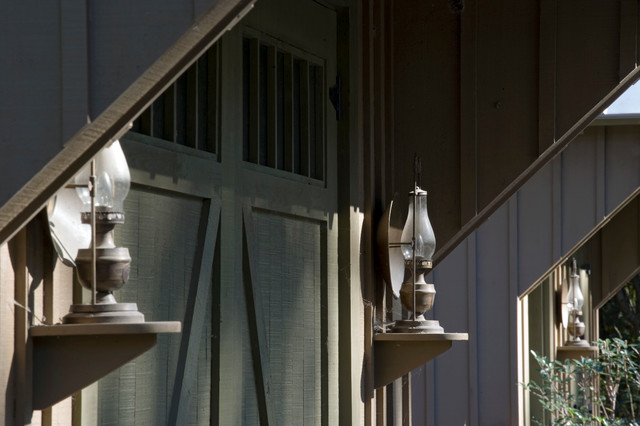 Высокие светильники на фасаде особняка