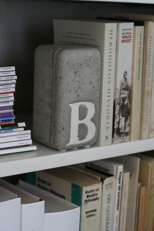 Головокружительный держатель для книг из бетона