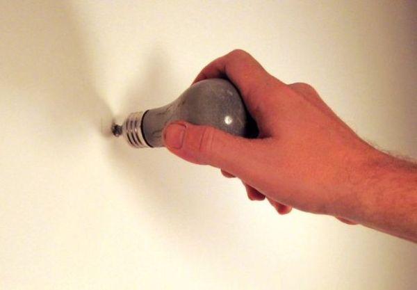 Красивый крючок в форме лампочки из бетона