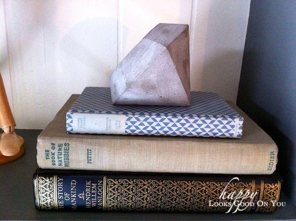 Необычный держатель для книг из бетона