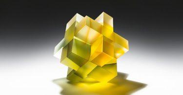 Джионг Ли: полупрозрачные геометрические скульптуры из цветного стекла
