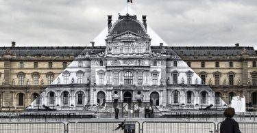 Пирамида Лувра растворилась в воздухе! Фотографическая инсталляция от уличного художника JR