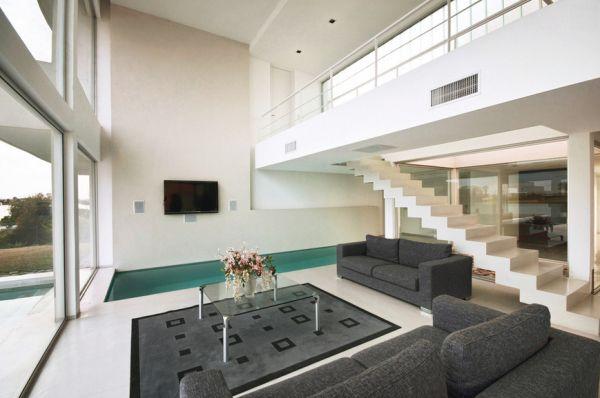 Лестница в просторной гостиной