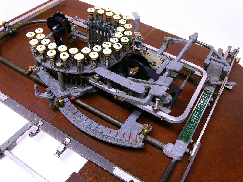 Красивая нотная печатная машинка