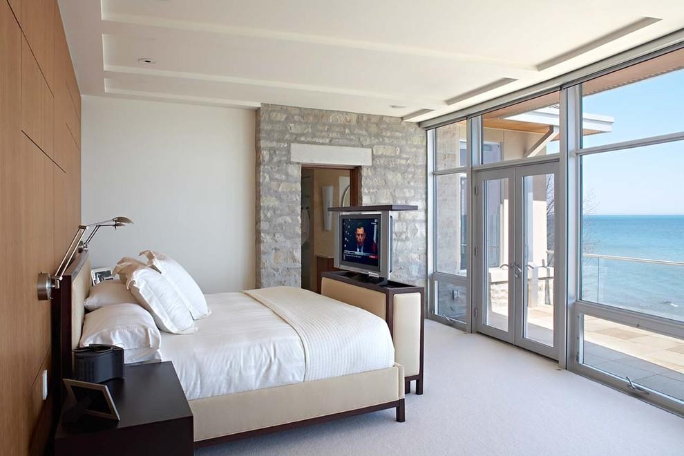 Кровать в спальне с панорамными окнами