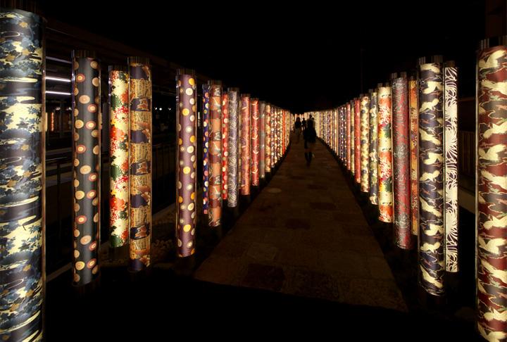 Необычный лабиринт из светящихся фонарей в Киото
