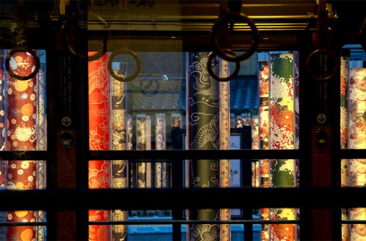 Современный лабиринт из светящихся фонарей в Киото