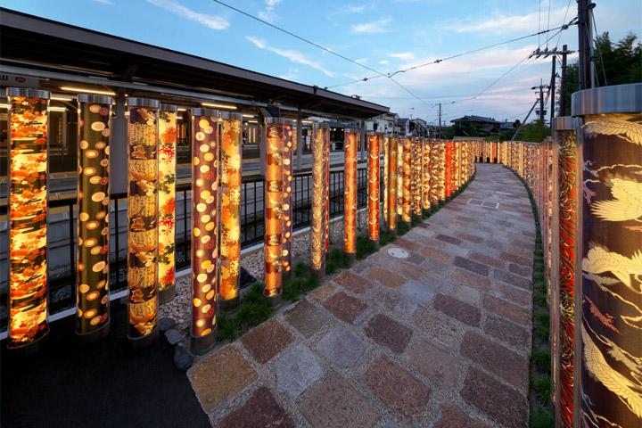 Лабиринт из светящихся фонарей в Киото