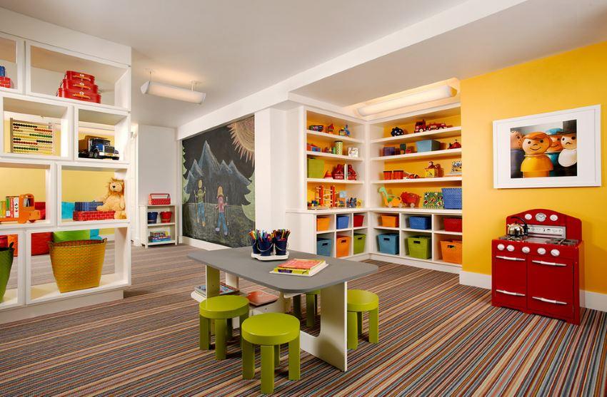Красочный полосатый ковёр в интерьере детской комнаты