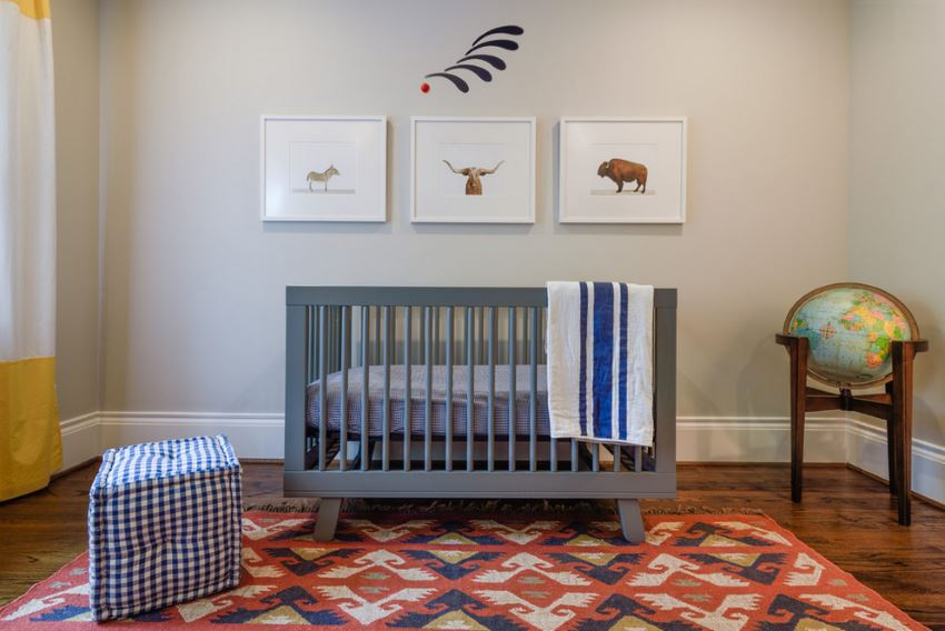 Красочный ковёр с геометрическим рисунком в интерьере детской спальни