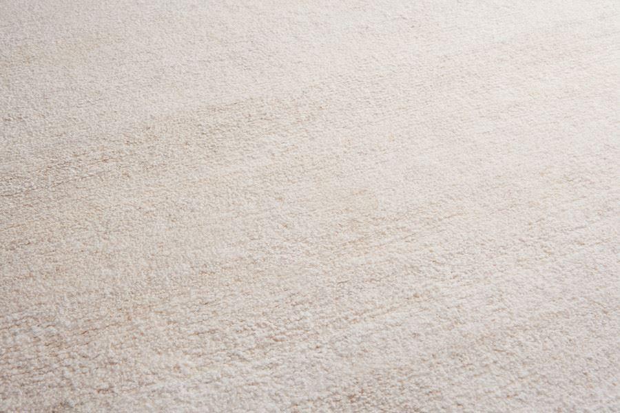Однотонное ковровое покрытие песочного цвета в интерьере детской