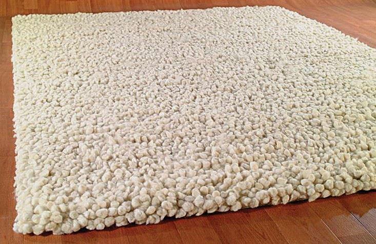 Однотонный светлый ковёр с толстым ворсом