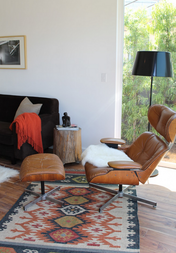 Восхитительный ковер ручной работы на полу в гостиной