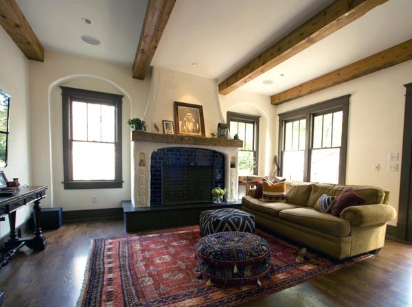 Головокружительный ковер ручной работы на полу в гостиной
