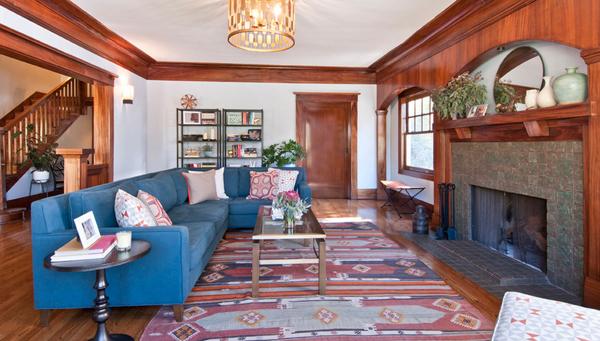 Чудесный ковер ручной работы на полу в гостиной