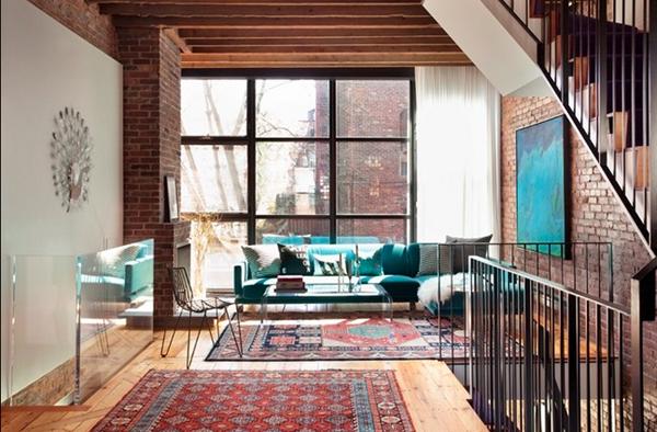 Изумительный ковер ручной работы на полу в гостиной