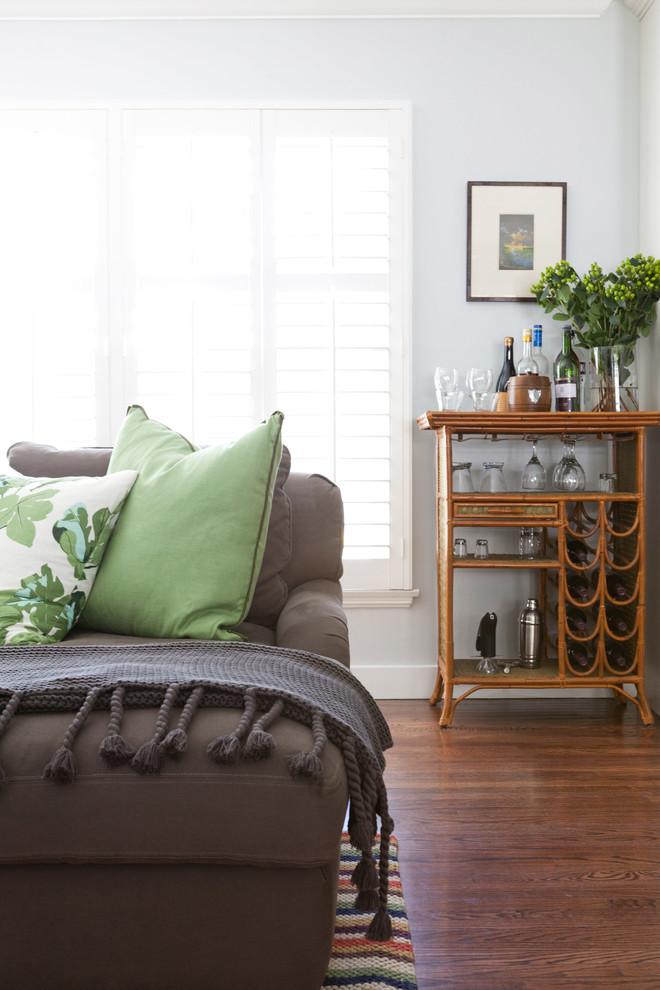 Классический американский стиль в интерьере дома в Лос-Анджелесе - зелёная подушка на диване
