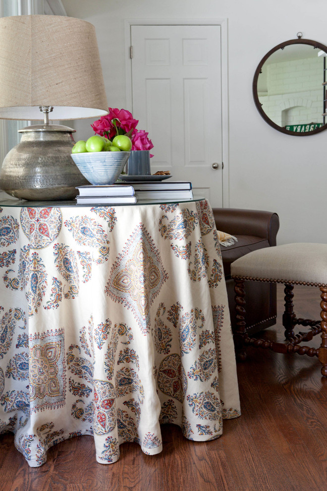 Классический американский стиль в интерьере дома в Лос-Анджелесе - тёмный паркет и стол со скатертью