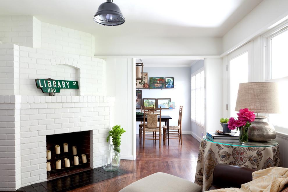Классический американский стиль в интерьере дома в Лос-Анджелесе - камин, кресло и столик для мелочей