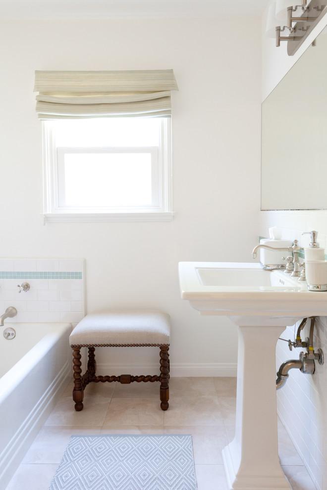 Классический американский стиль в интерьере дома в Лос-Анджелесе - белая ванная. Фото 1