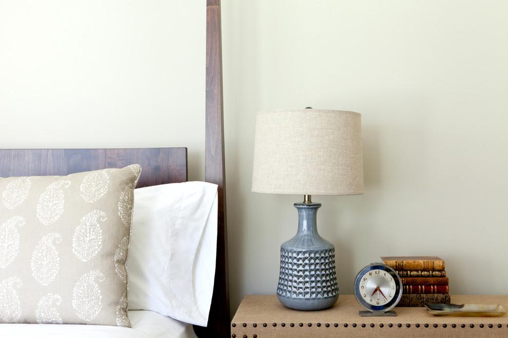 Классический американский стиль в интерьере дома в Лос-Анджелесе - столик в спальне