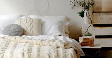 Вязаные вещи в интерьере спальни