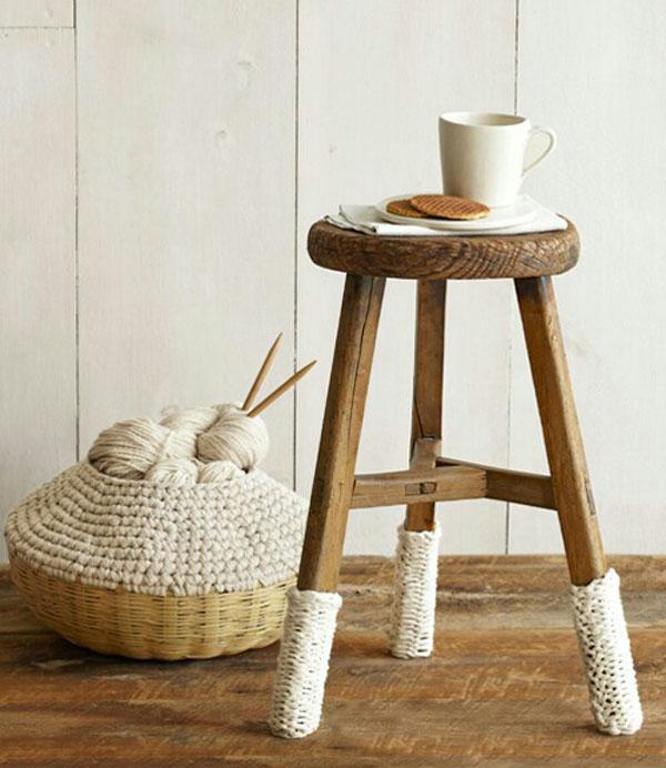Яркие вязаные предметы мебели: чехлы для ножек табурета