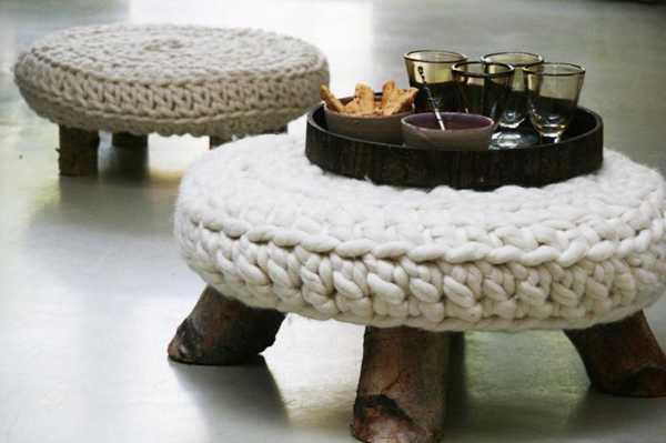 Оригинальные вязаные предметы мебели: чехлы для журнальных столиков