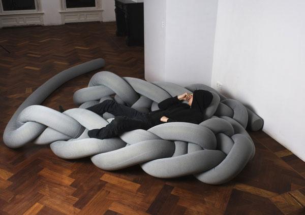 Бесподобные вязаные предметы мебели: диван для тинейджеров