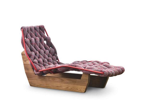 Превосходные вязаные предметы мебели: кресло на деревянной основе