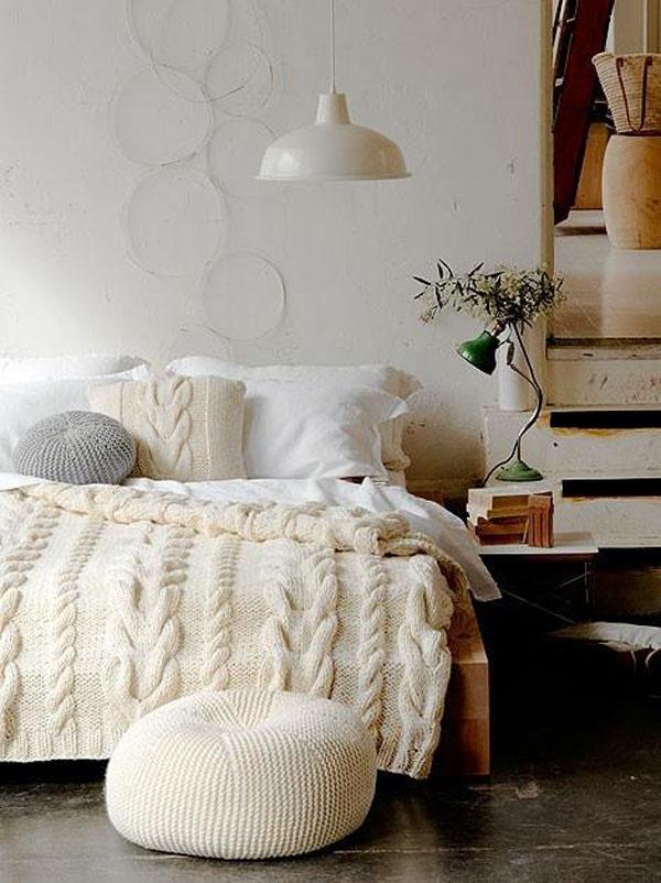 Восхитительные вязаные предметы мебели: пуфы в интерьере спальни
