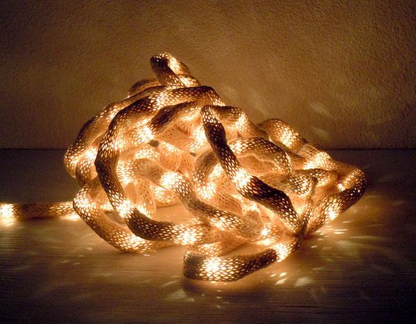 Завораживающие вязаные предметы декора: чехол для верёвочного светильника