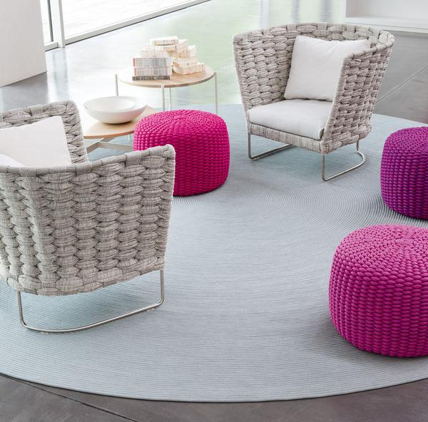 Красивые вязаные предметы мебели: разноцветные пуфы