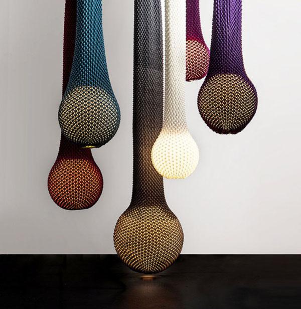 Превосходные вязаные предметы декора: разноцветные чехлы для верёвочных светильников