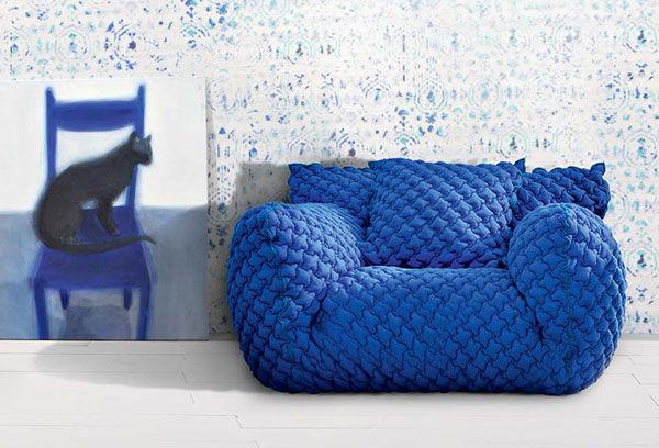 Роскошные вязаные предметы мебели: синее кресло