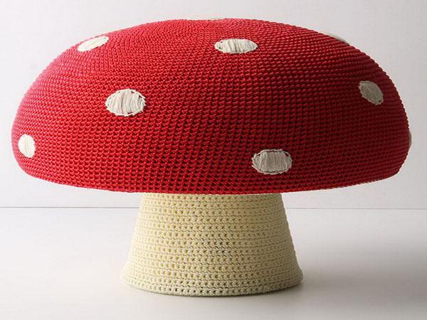Чудесные вязаные предметы мебели: пуф в форме гриба