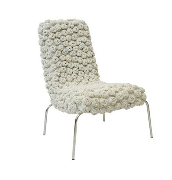 Вязаные предметы мебели: белое кресло
