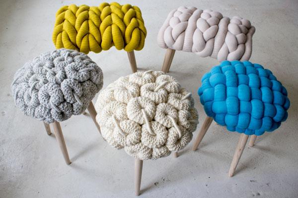 Чудные вязаные предметы мебели: разноцветные чехлы для табуретов
