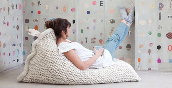Яркие вязаные предметы мебели: кресло-мешок