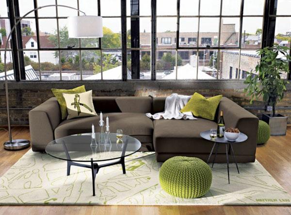 Чудесные вязаные предметы мебели: зелёные пуфы в интерьере гостиной
