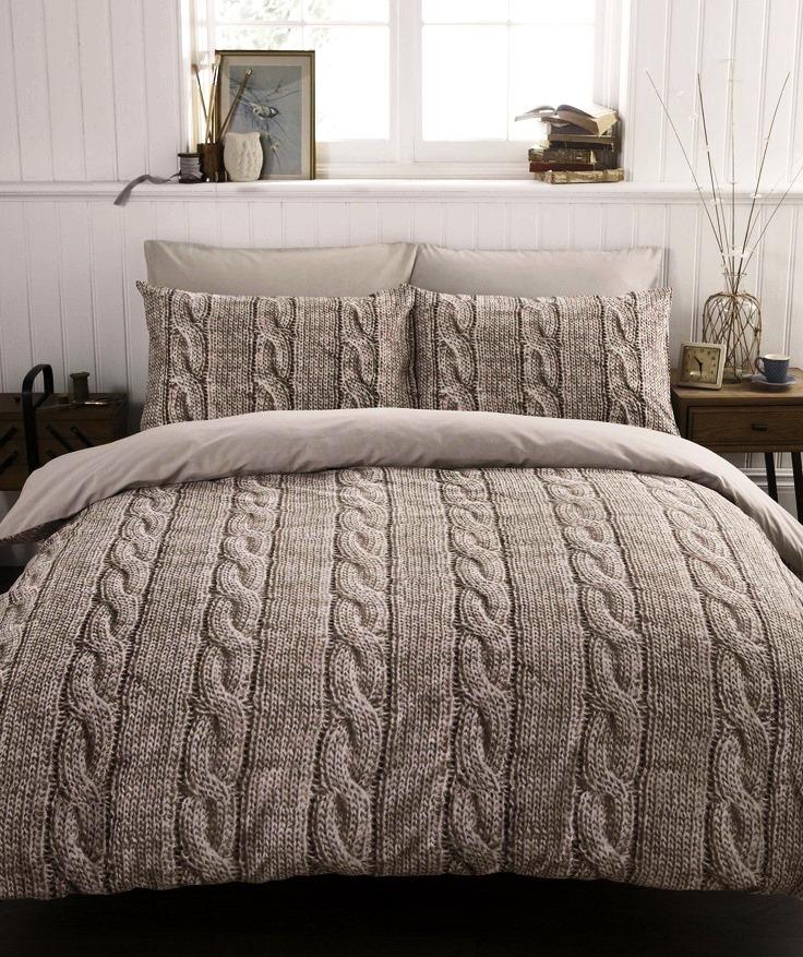 Вязаное одеяло на кровати
