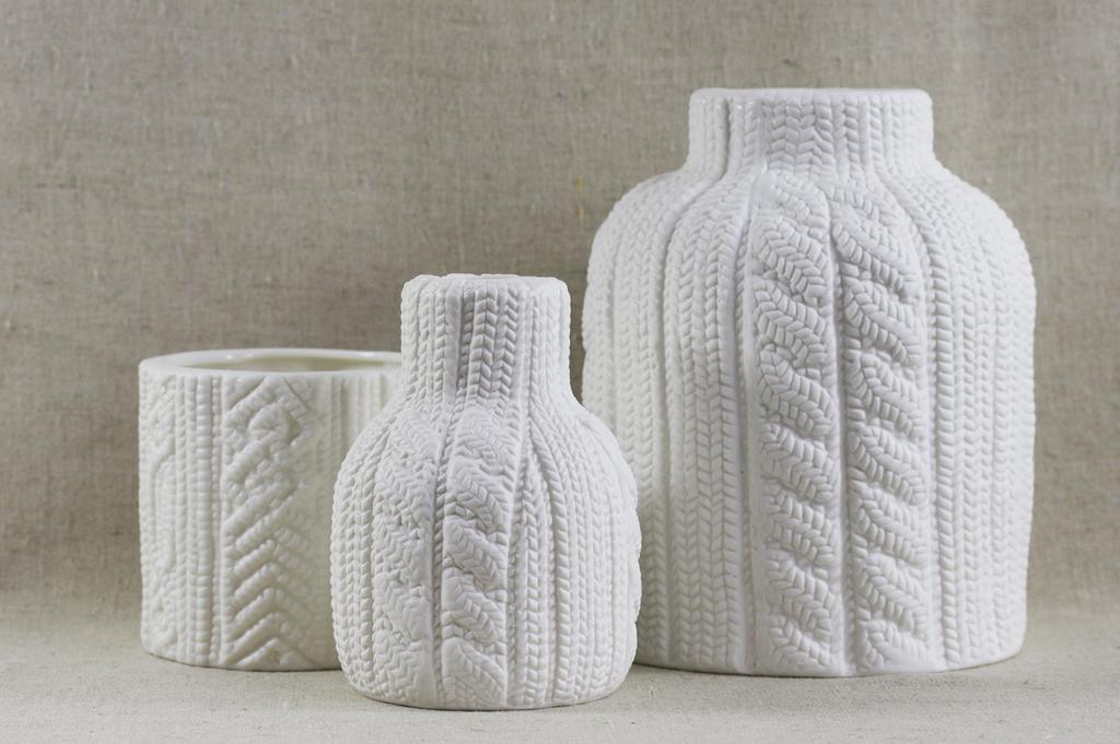 Вязанные вазы в белом цвете