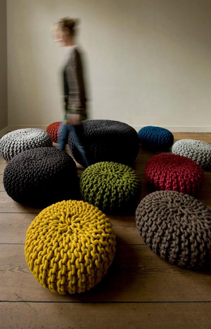 Вязанные пуфики в разных цветах