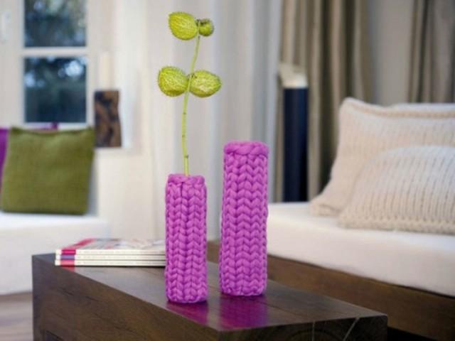 Яркие чехлы на маленькой вазочке